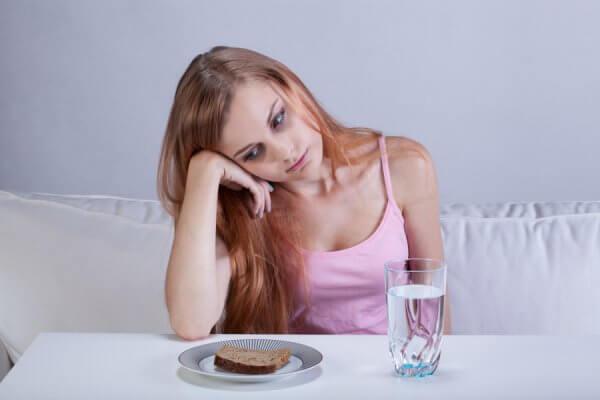 Девушка с водой и голодание на ней