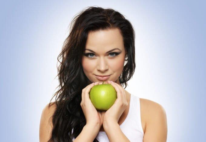 девушка с яблоком которое содержит щелочь