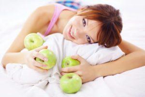 Девушка и зеленые яблоки на витаминной диете