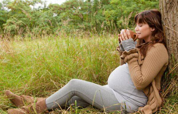 беременная девушка с чашкай