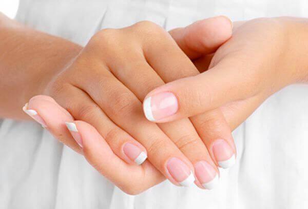 Что означают белые пятна на ногтях рук