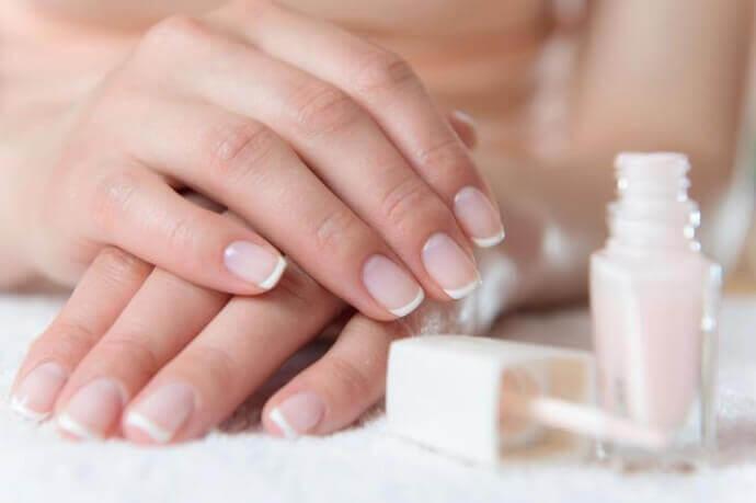 Почему появляются белое пятно на ногте