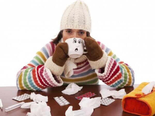 Девушка и средства от простуды