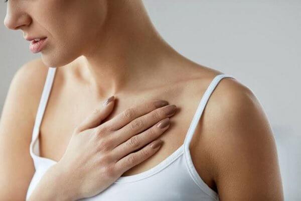девушка с растяжками на груди